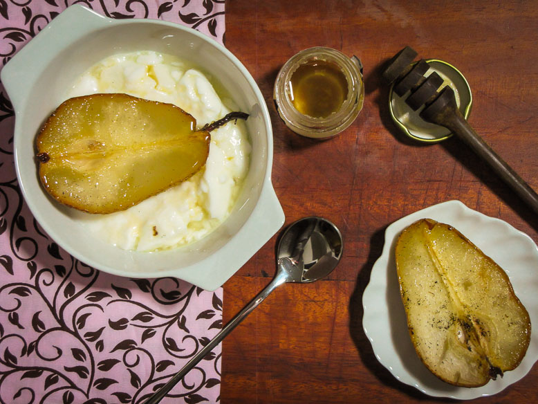 Pera assada no mel de limão com fava de baunilha