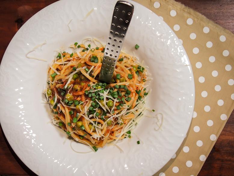 Espaguete com molho vermelho e ervilhas frescas