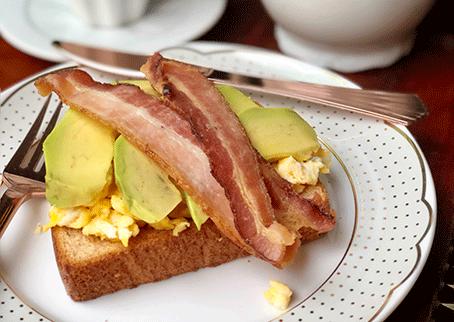 Receita de torrada com ovos mexidos, abacate e bacon