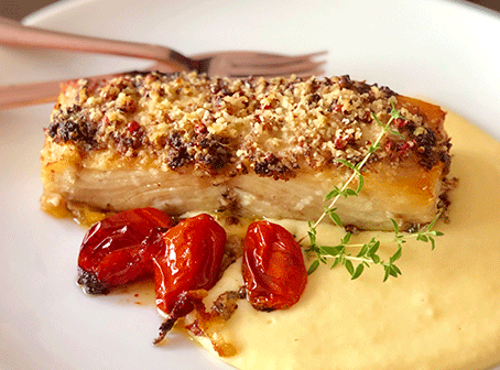 Receita de aligot com posta de bacalhau e crosta de castanha do Pará e pimenta rosa